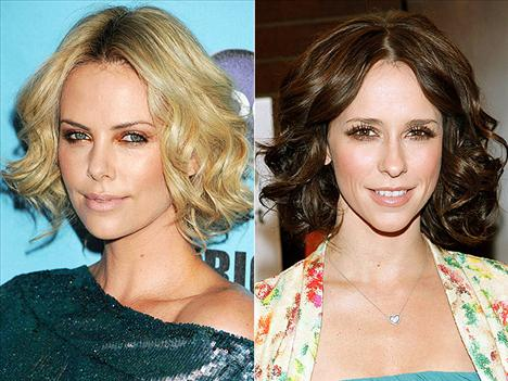 Kısa dalgalar Charlize Theron ve Jennifer Love Hewitt'in seksiliği kısa saçlarındaki dalgalardan geliyor