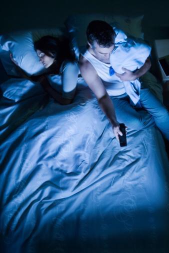 1. Yatakta televizyon izlemeyin, günlük işlerle uğraşmayın. Orada yapmanız gereken tek şey uyumak veya sevgilinize konsantre olmak.