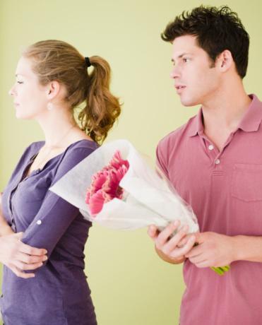 9. Sizi her zaman hediyelere boğmasını beklemeyin. Görev duygusuyla alındığı belli olan bir buket kırmızı gül can sıkıcı olabilir.