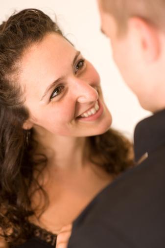 23. Bir erkeği beğendiğinizi belli etmekten çekinmeyin. Duygularınızı saklamanız çok güzel bir ilişkiyi ertelemek anlamına gelebilir.