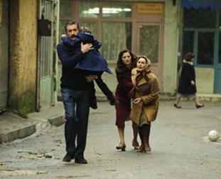 Büyük oğlu Mete'yi cezaevinden kurtarmak izin küçük oğlu Osman'ı babasına vermeye razı oldu.   Eski eşinden nafaka alamayınca evlere temizliğe gitmeye başladı. Ama Ali Kaptan ona da engel oldu...