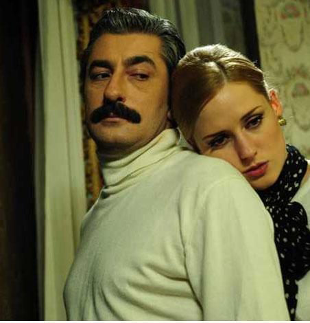 Aşkı uğruna ülkesini terk edip İstanbul'a gelen Caroline de mutsuz.   Entrikaları önce işe yarar gibi görünse de Ali Kaptan yavaş yavaş ondan soğumaya başladı bile.