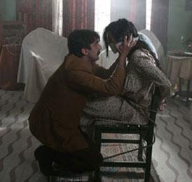 Güllü'ye aşık olan Zaloğlu ise istediği karşılığı göremeyince zor kullandı ve genç kadını kaçırdı.