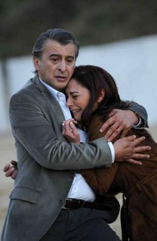 Polisler kaybolan Zeynep'i bulup ailesini bu korkun durumdan kurtarmaya çalışıyorlar.