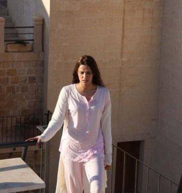 Dizinin her bölümde başına bir trajedi gelen ana kahramanını Nehir Erdoğan canlanırıyor.