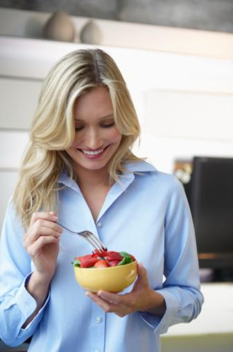 Plan yapın Herkes diyet yaparken neler yemesi gerektiğini bilir ancak günlük koşturmacada atıştırmak için elimize ne geçerse yemek yanlışına düşebiliriz. Yapılması gereken ana ve ara öğünlerde ne yiyeceğimizi öncesinde planlamak ve ona göre alışverişe çıkmak