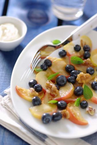Cevizle birlikte meyve tüketin Günde 10 ceviz hem E Vitamini, hem de lif kaynağı. Öğleden sonra bir meyveyle tüketirseniz akşam yemeğine kadar fazla acıkmanızı engeller.