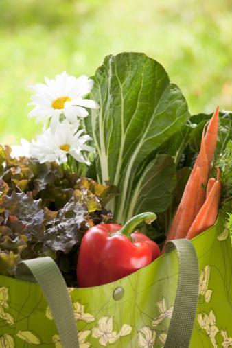 Daha çok sebze Ara öğünlerde sebze tüketin. Havuç ve salatalık çantanızda rahatlıkla taşınabilir.