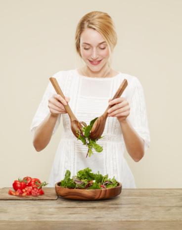Başlangıç hep salata olsun Yemeğe salatayla başlayın. Yeşillikler daha az yedirir. En az 120 kalori daha az almanızı sağlar