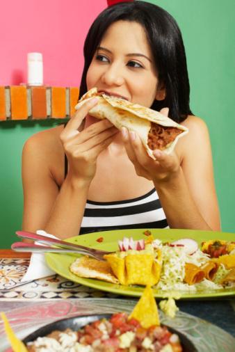 20 kere çiğneyin Yavaş yiyin. En az 20 kez çiğnerseniz yüzde 20 daha az kalori tüketirsiniz.