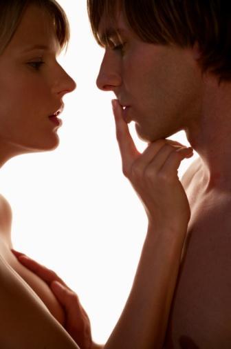 34- Erkek arkadaşınızla gözlerinizi birbirine kilitleyin. Uzmanlar, göz temasının cinsel çekimi artırdığını söylüyor. 35- Fiziksel olarak, erkekler ve kadınlar aynı sürede tahrik oluyorlar (10 dakika civarı).