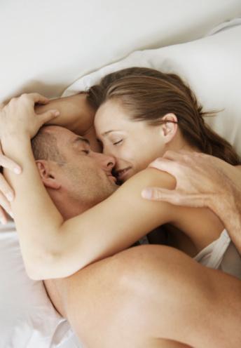 9- İkiniz de çıplakken, sevgilinizin üzerine yatın. Tensel temas, ikinizi birbirinize daha da yakınlaştıran oksitosin hormonunun salgılanmasını sağlıyor.  10- Ana rahmindeki bir fetüs, annesinin seks yaptığını hisseder. Annenin kan basıncının artması ve nabzının yükselmesi bebeği de olumlu etkiler.