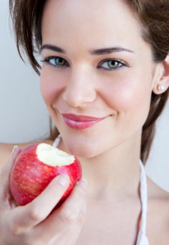 """ELMA: Bol miktarda """"kuarsetin"""" içerir. Kanser tedavisinde, kanserden korunmada, alerji ve kalp damar hastalıklarında yararlı. Günde kabuklarıyla birlikte en az 2 elma tüketilmeli."""