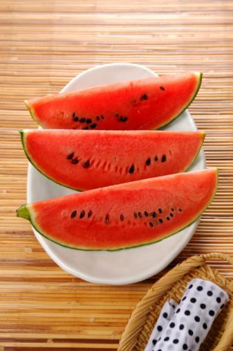 KARPUZ:  A ve C vitamini yönünden zengin. İçerdiği yararlı maddeler vücudu kansere karşı koruyup, toksik maddelerden arındırıyor.