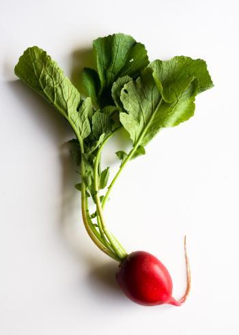 KIRMIZITURP: Akciğer kanseri riskini azaltır, meme kanserinden korur. Bol miktarda turp salatası tüketin.