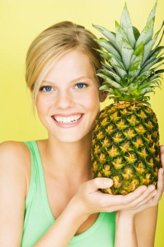 ANANAS: Ananasın içindeki 'bromelain' maddesi tümör hücre gelişimini doğrudan durduruyor. Özellikle de akciğer, bağırsak, yumurtalık ve cilt kanserlerinde tümörlü hücrelerin büyümesini engelliyor.