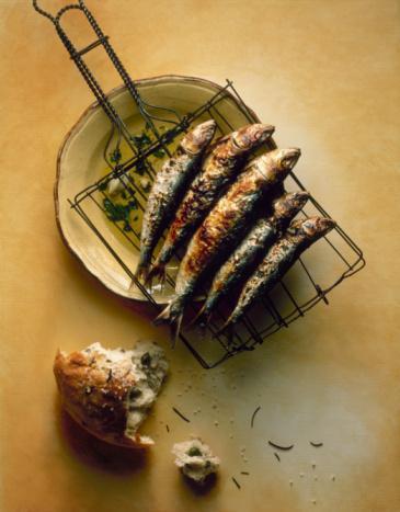 BALIK: Omega 3′ten zengin balıkları seçin, haftada 2 kez somon, uskumru, sardalya ve mezgit gibi omega 3 yağ asitlerinden zengin balıkları tüketmek kanserden korur. Balık; meme kanserinde yayılmayı önler, bağırsak, pankreas ve prostat kanserlerinin büyümesine engel olur. Ayrıca kalp krizine karşı da korur.
