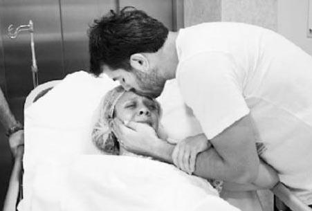 """""""Aslında normal doğum yapmayı planlıyordum fakat doğum sırasında Can'ın boynuna dört kez kordon dolandı. 10 saat normal doğum için bekledikten sonra sezaryene karar verdik"""" dedi."""