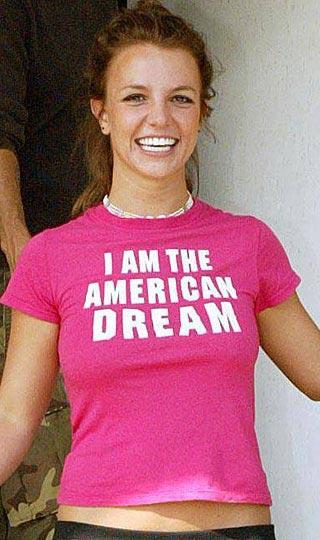 """Ünlüler genelde giydikleriyle konuşulurlar. Bazı kıyafetleriyle övgü toplarken, bazı kıyafetleriyleyse rüküşlükle suçlanırlar. Oysa bu galeri 'en şık' ya da 'en rüküş' giyinenler hakkında değil...  Bu galeride söylemek istediklerini üzerlerine giyen ünlüler var. """"Amerikan rüyası benim"""" diyen mütevazı(!) Britney Spears gibi..."""