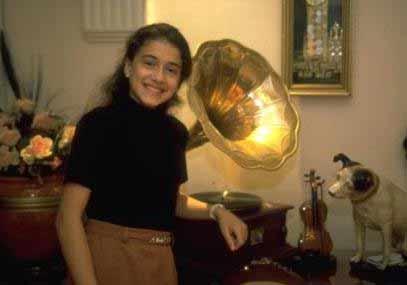 2000'li yılların 'Lolita şarkıcısı' olarak anılan Seniha, TRT İstanbul Radyosu'nda klarnet sanatçısı olan Alaattin Gözetlik'in kızı.