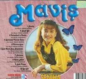 Hüsnü Şenlendirici'nin de akrabası olan Seniha, Maviş adlı albümünü de henüz bir ilkokul öğrercisiyken çıkardı.