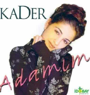 Kader, daha ilkokul çağlarında profesyonel olarak şarkı söylemeye başladı.