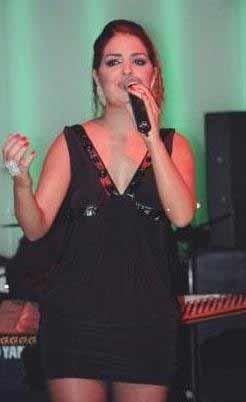 O dönemde düğün salonlarında şarkı söylüyordu.