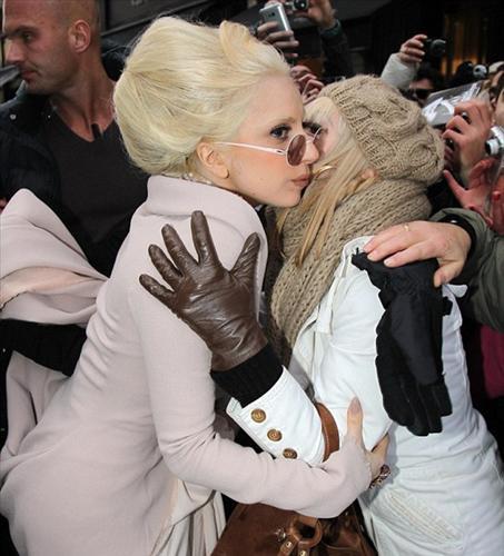 """Ailesinin kendisine Stefani şeklinde hitap ettiğini söyleyen Lady Gaga, bu ayrıcalığa dünyada pek az kişinin sahip olduğunu açıkladı: """"Yatak odasında Lady Gaga olarak çağırılmayı hiç istemem.""""  (Milliyet)"""