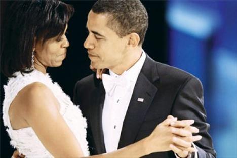 """Barack- Michelle Obama ABD Başkanı, First Lady'yle 1989'da Chicago'da bir hukuk bürosunda tanıştı. Dönemde soyadı henüz Robinson olan Michelle Obama tanışma anını şöyle anlatıyor:   """"27 yaşında Harvard Üniversitesi'nde hukuk okuyan bir öğrenci staja geldi. Öğle yemeğine birlikte çıkmayı teklif ettim. Üzerinde kötü bir ceket vardı, ağzından da sigarası sarkıyordu."""