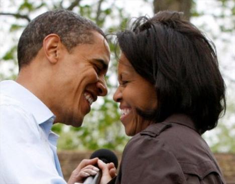 """Ama yine de çok etkileyiciydi. Başımın belada olduğunu o an anladım.""""   Dört yıl flört eden ikili, 1991'de evlendi. Michelle Obama, sevgililer günüyle ilgili yaptığı açıklamada """"Evlilkte birlikte gülmek iyidir. Biz de birbirimizi bol bol güldürüyoruz"""" cümleleriyle mutlu beraberliklerin sırrını paylaştı."""