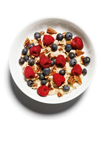 Kahvaltı   Ceviz ve dağ meyveleriyle yulaf  •5 çorba kaşığı yulaf •1 su bardağı yağsız sütle pişirdikten sonra  •2 çorba kaşığı ufalanmış Pekan cevizini,  •½ çay bardağı yaban mersini ve •½ su bardağı frambuazla karıştır.   Yulafın içinde bulunan çözünür lifler seni uzun süre tok tutacak. Öğle yemeği saati gelene kadar açlıktan eser hissetmeyeceksin.   Toplam: 351 kalori
