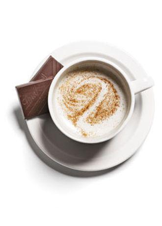 Ara Öğün 2   Üzerine tarçın serpiştirilmiş 185 ml yağsız sütle yapılmış latte ve iki parça yüzde 70 kakaolu siyah çikolata.    Yağsız süt rejimde olanların en yakın ve bunun sebebi sadece kalorisinin düşük ve yağsız oluşu değildir. Araştırmalar, gün içinde süt ve süt ürünlerinden iki porsiyon almanın zayıflamaya katkısı olduğunu söylüyor.   Toplam: 167 kalori