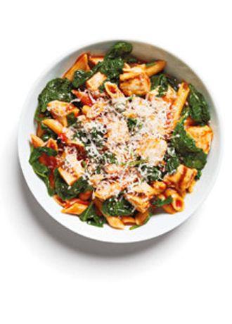 Akşam Yemeği  Tavuklu  Penne 120 gr tavuk, doğranmış 120 gr hazır domates sosu 240 gr ıspanak (1 tatlı kaşığı zeytinyağında sotelenmiş)  120 gr kepekli penne 1½ çorba kaşığı rendelenmiş parmesan peyniri   Ispanak lipoik asit içerir. Bu da enerji seviyeni arttırırken aynı zamanda kan şekeri seviyeni düzenler.  Toplam: 437 kalori
