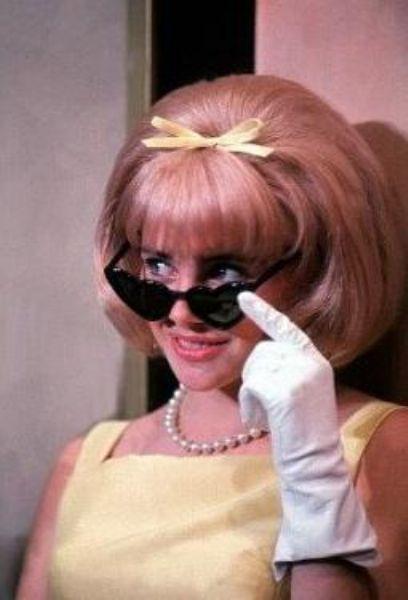 Nabokov'un ünlü eserinden usta yönetmen Stanley Kubrick tarafından uyarlanan Lolita adlı filmde bu genç kahramanı Sue Lyon canlandırmıştı.   Lyon bu ilk çevrimin yapıldığı 1962 yılında 16 yaşındaydı.