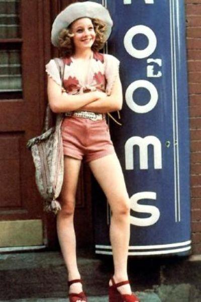 Jodie Foster parlak kariyerinin başlangıcını Martin Scorsese'nin yönettiği Taxi Driver (Taksi Şoförü) adlı filmle yaptı.   Bir hayat kadınını canlandıran Foster o dönemde 14 yaşındaydı.