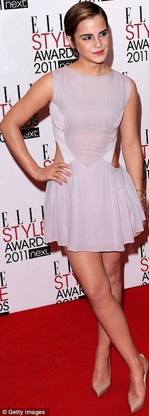 Emma Watson'ın mini elbisesi Hakan Yıldırım tasarımı.