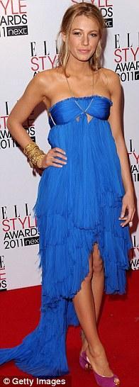 Blake Lively elektrik mavisi Pucci elbisesini mor stilettolarıyla tamamlamıştı.