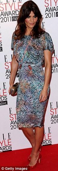 Helena Christensen bir ödüle layık görüldüğü bu gecede kırmızı halı için karışık baskılı bir kokteyl elbisesi seçmişti.