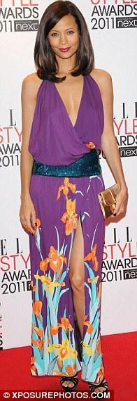 Thandie Newton kırmızı halı için mor ve turuncu ağırlıklı, tropikal desenlerle süslü bir kokteyl elbisesi tercik etmişti.
