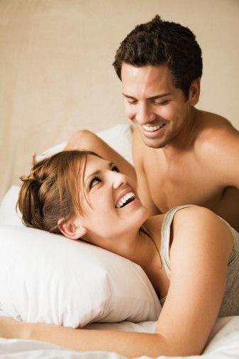 Akrep   Bütün burçlar içinde en tutkulu ve seksi burç Akrep'tir. Cinsellik onların doğalarında vardır. Sevdikleri zaman duygularını çok yoğun olarak yaşar ve hissettirirler. Duygularına karşılık alamıyor olsalar da, onlar için hiç fark etmez.   İstediklerini elde etmek için ölene kadar uğraşabilirler. Aldatılmaya hiç tahammülü olmayan Akrep insanı çok kıskanç ve şüphecidir. Zaten bir Akrebi aldatmak da pek mümkün değildir. Derin sezgileri sayesinde olanı biteni hemen anlayacaktır.
