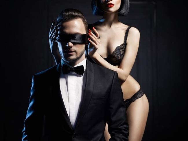 Aslan  Aslan'ların aşkları genellikle herkesin dikkatini çeken, gösterişli ve tutku doludur. Gösterişli duygularla sevdiklerini şımartmaya bayılırlar. Her zaman takdir edilmeyi bekledikleri için eşlerine karşı sık sık hayranlık uyandıracak davranışlar sergilerler.   Karşılığında da eşlerinden de özellikle cinsel konularda övgü beklerler. İlişkilerinde de hep yöneten ve koruyan taraf olmayı isterler.