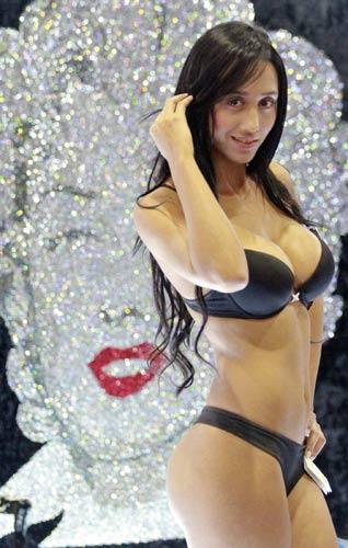 Kolombiya'daki Colombiatex moda şovunun açılış defilesi yürekleri hoplattı.  (Milliyet)