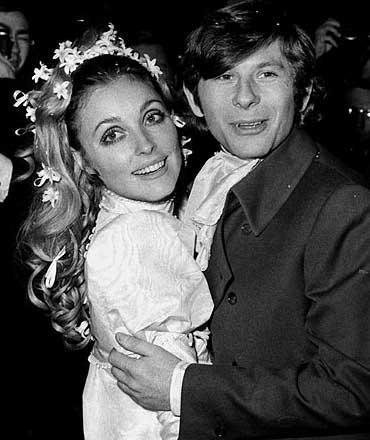 Henüz 26 yaşında ve 8 buçuk aylıkken kendi evinde katledilen Sharon Tate, en kanlı cinayetlerden birinin kurbanı olarak tarihe geçti. Ünlü yönetmen Roman Polanski'nin eşi olan Tate, döneminin geleceği parlak yıldızlarından biriydi.   İşte Sharon Tate'in kurban edildiği tüyler ürperten cinayetin ayrıntıları: 8 Ağustos 1969'da Tate'in doğumuna iki hafta vardı.   Evde akşam yemeği için arkadaşları aktris Joanna Pettet ve Barbara Lewis ile beraberdi. Onlara Polanski'nin eve dönüşünün gecikmesinden duyduğu sıkıntıyı anlatıyordu. Öğlen Polanski'yle telefonda konuştu.