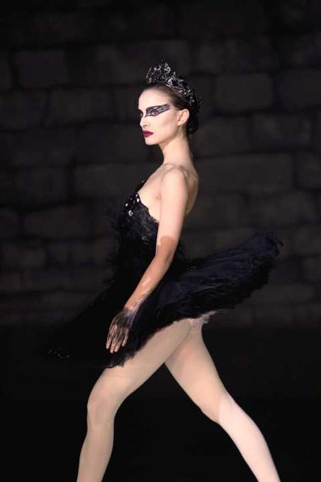 Natalie Portman'ın hırslı ve tutkulu bir balerini canlandırdığı filmdeki kat kat tütüler ve tüylerin, 2011 baharında karşımıza sık sık çıkacağı kesin!