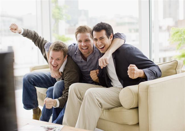 """ARKADAŞ CANLISIYSA... Bu tip pozlara genellikle birbirlerinin omzuna garip bir şekilde atılmış bir el veya diğer erkeği """"İşte adamım"""" diye gösteren parmaklar dahil olur. Bu onun, arkadaşlarını ne kadar sevdiğini gösterir. Eğer birlikte olacaksanız siz de erkeğinizin arkadaşlarıyla aynı derecede yakın olmaya hazır olmalısınız."""