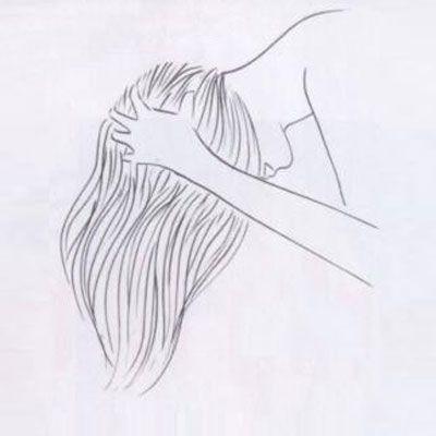 Şapkayı çıkarın ve saçlarınızı öne doğru atın. Başınızın arkasından başlayıp öne doğru yaklaşık 30 saniye boyunca saç diplerinize masaj yapın. Parmaklarınızın ısısı, berenin oluşturduğu statik elektriği hafifletecek...