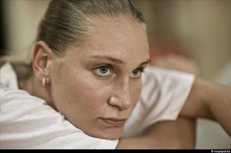 Bir internet sitesi için röportaj veren Rus striptizcinin gece kulübü dışında sürdüğü mütevazi hayat, voleybol sevgisi ve ailesi fotoğraflara böyle yansıdı.