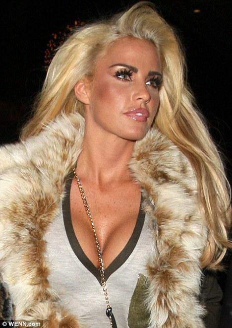 İngiliz model Katie Price, saç rengini deiştirmek için gittiği kuaför salonunda tam 8 saat geçirmişti. Uzun zamandır siyah saçlarıyla görünen model tekrar sarışın oldu.   Böylece magazin basınında hemen modelin hangi halinin daha çok yakıştığına dair yeni bir tartışma başladı.