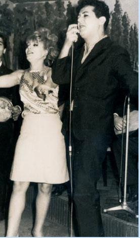 Aysel Tanju -Adnan Pekak  1960' ların ilk yarısında Zeki Müren' in İstanbul sahnelerindeki en büyük rakibiydi Adnan Pakak. Bugün yaşı  40' ın üzerinde olanlar onu ve şarkılarını hatırlayacaklardır. Pekak' ın yanındaki ise o dönemin ünlü oryanteli Aysel Tanju.