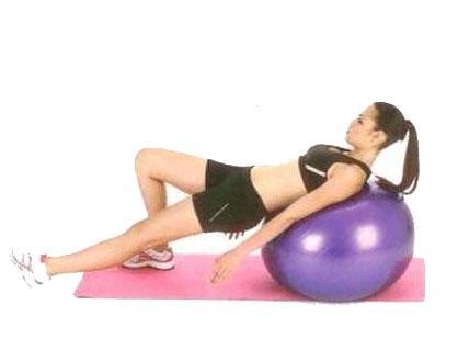 Kalça Egzersizleri Tek bacak pres Bir bacak dizden bükülü, diğer bacak gergin; topun üzerine omuzlarınızı ve sırtınızı yerleştirin. Gergin olan bacak ilerideyken, bükülü olan bacakla nefes vererek topu geriye doğru itin. Denge için ayağınızı duvara dayayabilirsiniz.